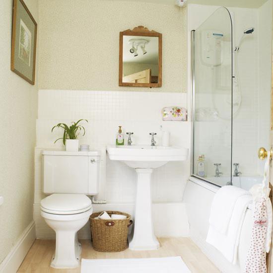 Идущую по полу вдоль стены от умывальника и ванной сточную трубу, мы.