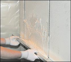 Выравнивание стен.  Нанесение штукатурки на стену.