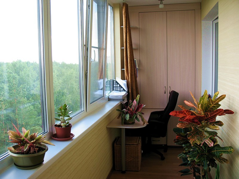 Остекление балконов, лоджии пластиковыми окнами, фото вариан.