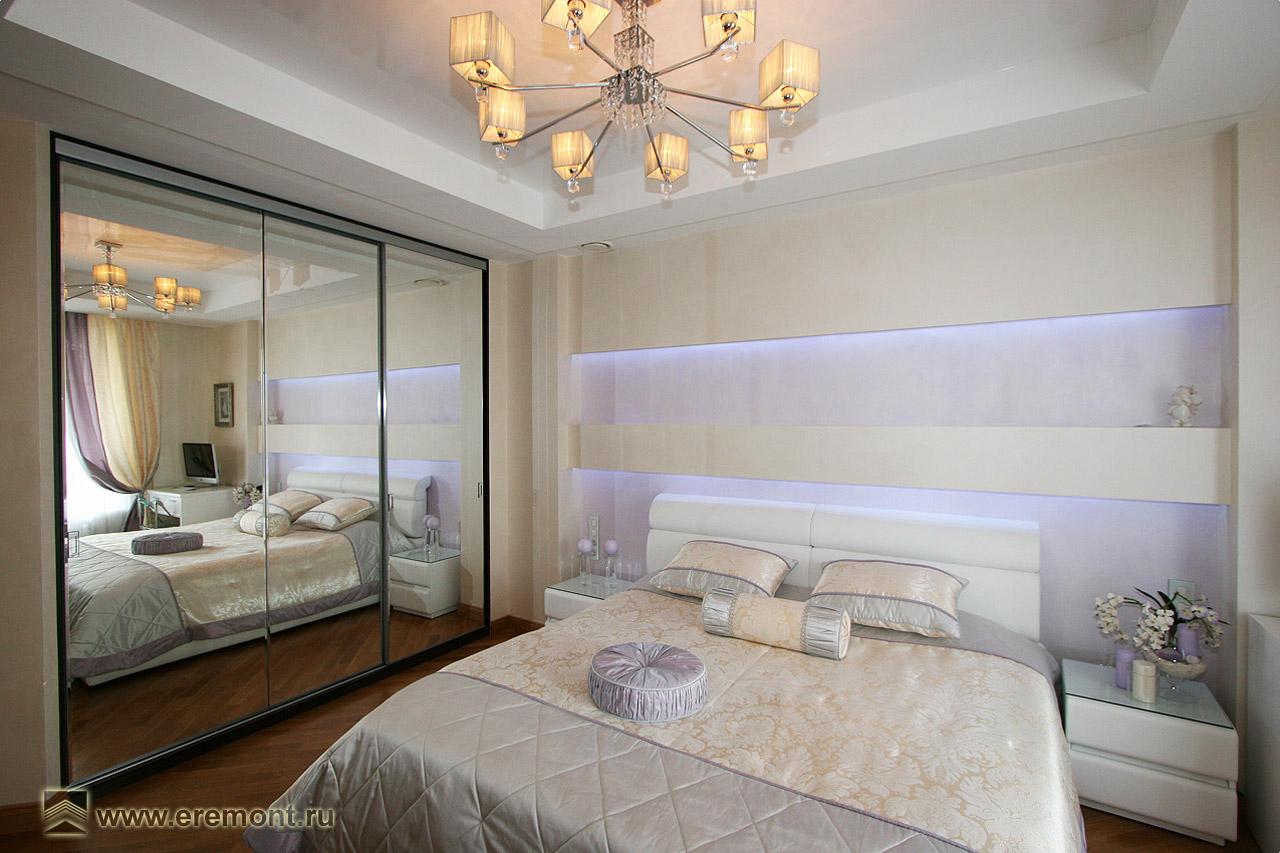 Дизайны спален с зеркальным встроенным шкафом.