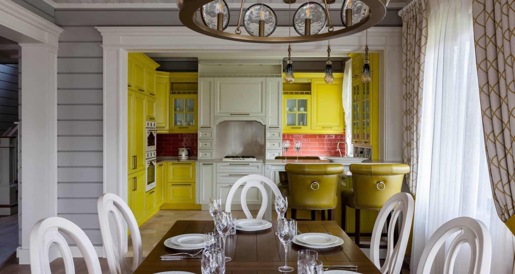 Дизайн бело-желтой кухни в стиле прованс