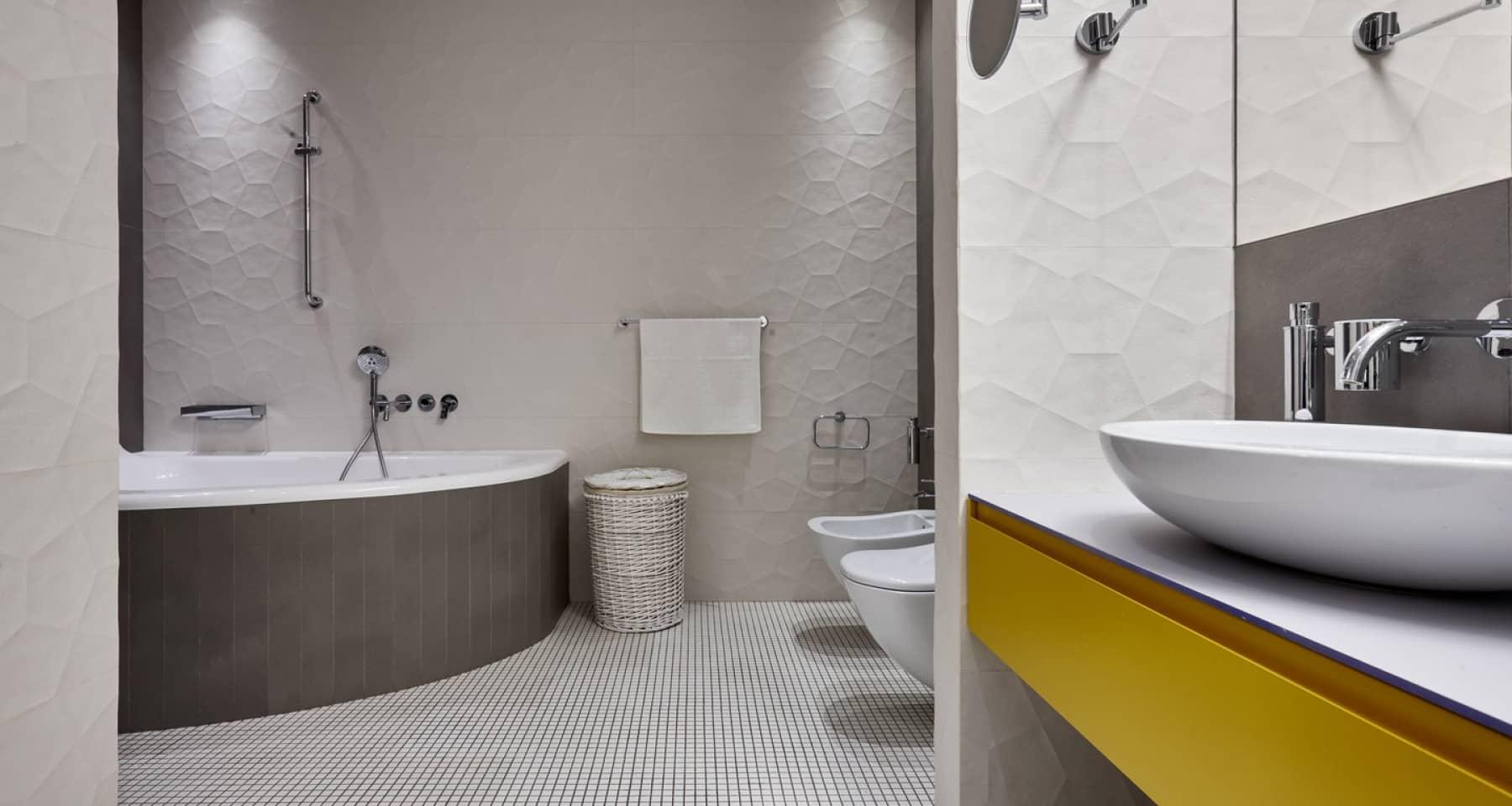 Ремонт ванной комнаты с белой плиткой в отделке